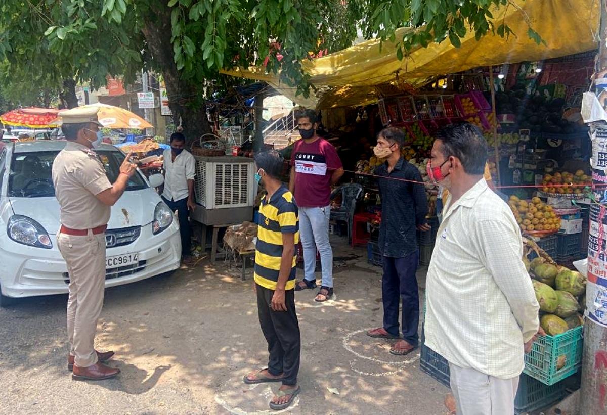 Cảnh sát New Delhi phổ biến các hướng dẫn phòng chống Covid-19 cho người bán hàng trước khi các khi các biện pháp dỡ bỏ phong tỏa được áp dụng. Ảnh: ANI