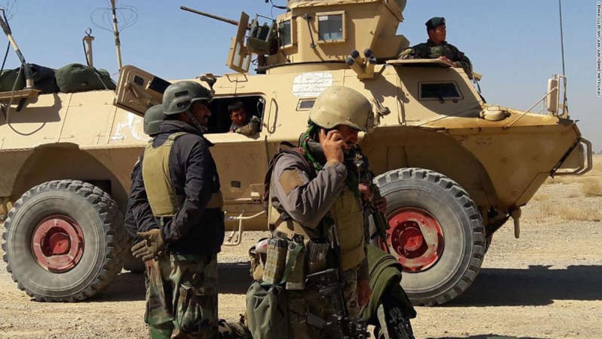 Các lực lượng Afghanistan đứng bên cạnh một chiếc xe thiết giáp trong cuộc giao tranh với các tay súng Taliban ở ngoại ô Lashkar Gah, thủ phủ tỉnh Helman hồi đầu tháng 5/2021. Ảnh: AFP/Getty
