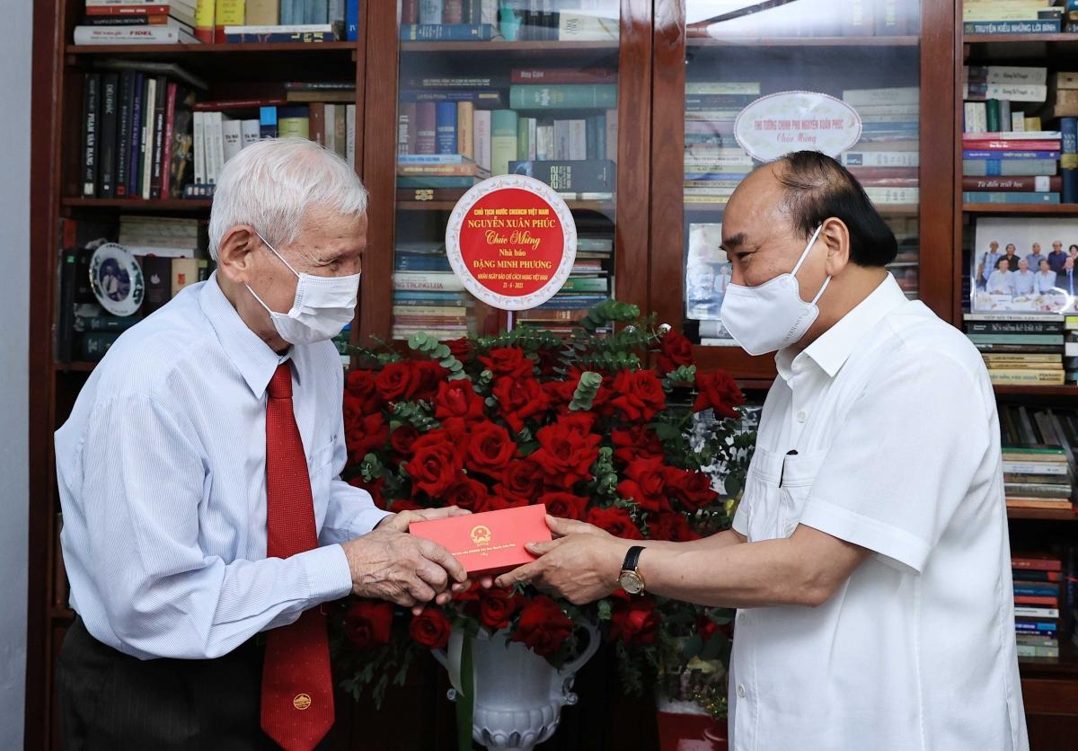 Chủ tịch nước Nguyễn Xuân Phúc tới thăm Nhà báo lão thành Đặng Minh Phương.