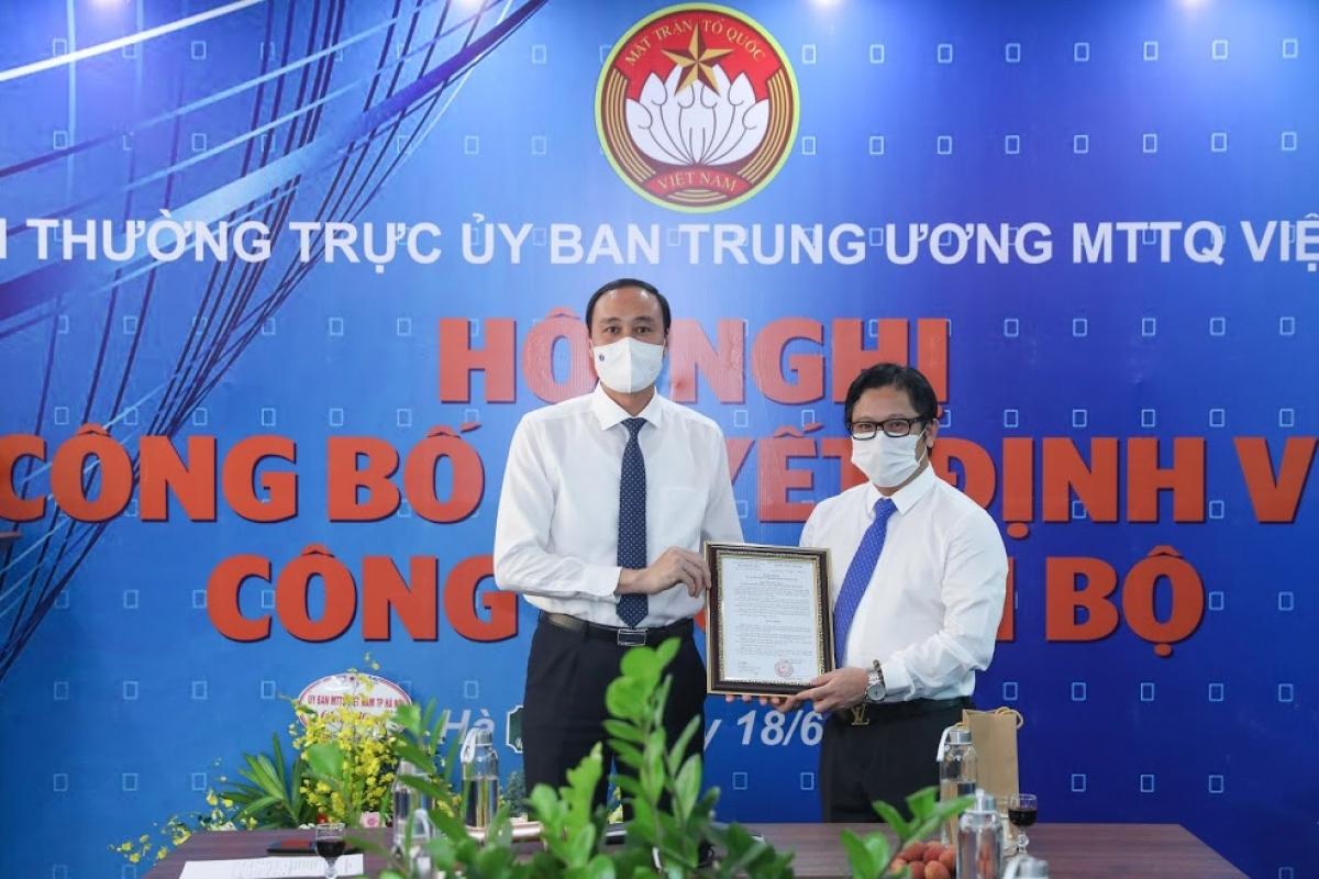 Ông Phùng Khánh Tài, Phó Chủ tịch UBTƯ MTTQ Việt Nam trao quyết định giao nhiệm vụ Quyền Tổng Biên tập báo Đại Đoàn Kết cho nhà báo Lê Anh Đạt.