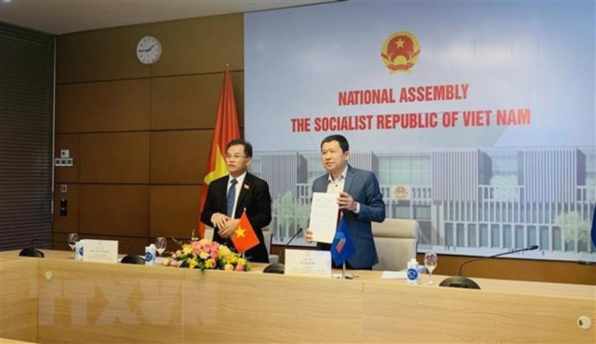 Đoàn đại biểu Quốc hội Việt Nam tham gia ký thông qua Báo cáo Hội nghị AIPA Caucus 12. Ảnh: Việt Đức/TTXVN