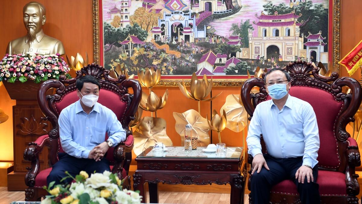 Bộ trưởng, Chủ nhiệm Ủy ban dân tộc Hầu A Lềnh (trái) và Tổng Giám đốc Đài Tiếng nói Việt Nam Đỗ Tiến Sỹ cùng trao đổi những định hướng, kế hoạch hợp tác giữa hai cơ quan trong thời gian tới.