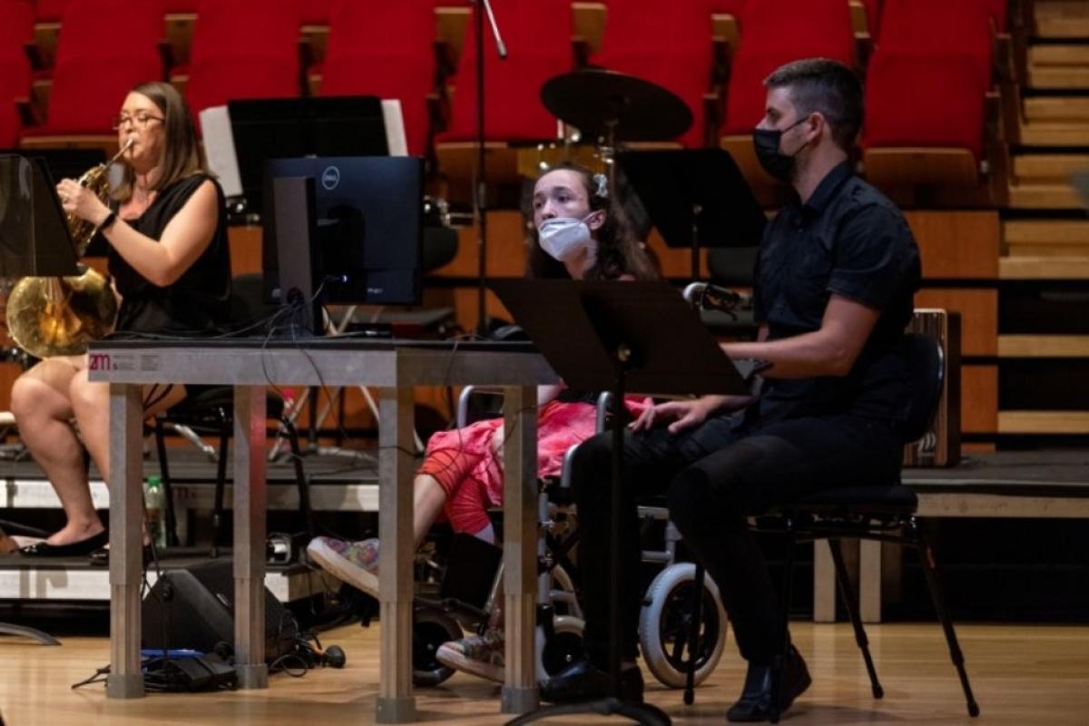 Alexander Kerlidou bị bại não và phải ngồi xe lăn từ nhỏ. Ngồi cạnh là nhạc sĩ kiêm nhà khoa học Vamvakousis. Nguồn: Reuters