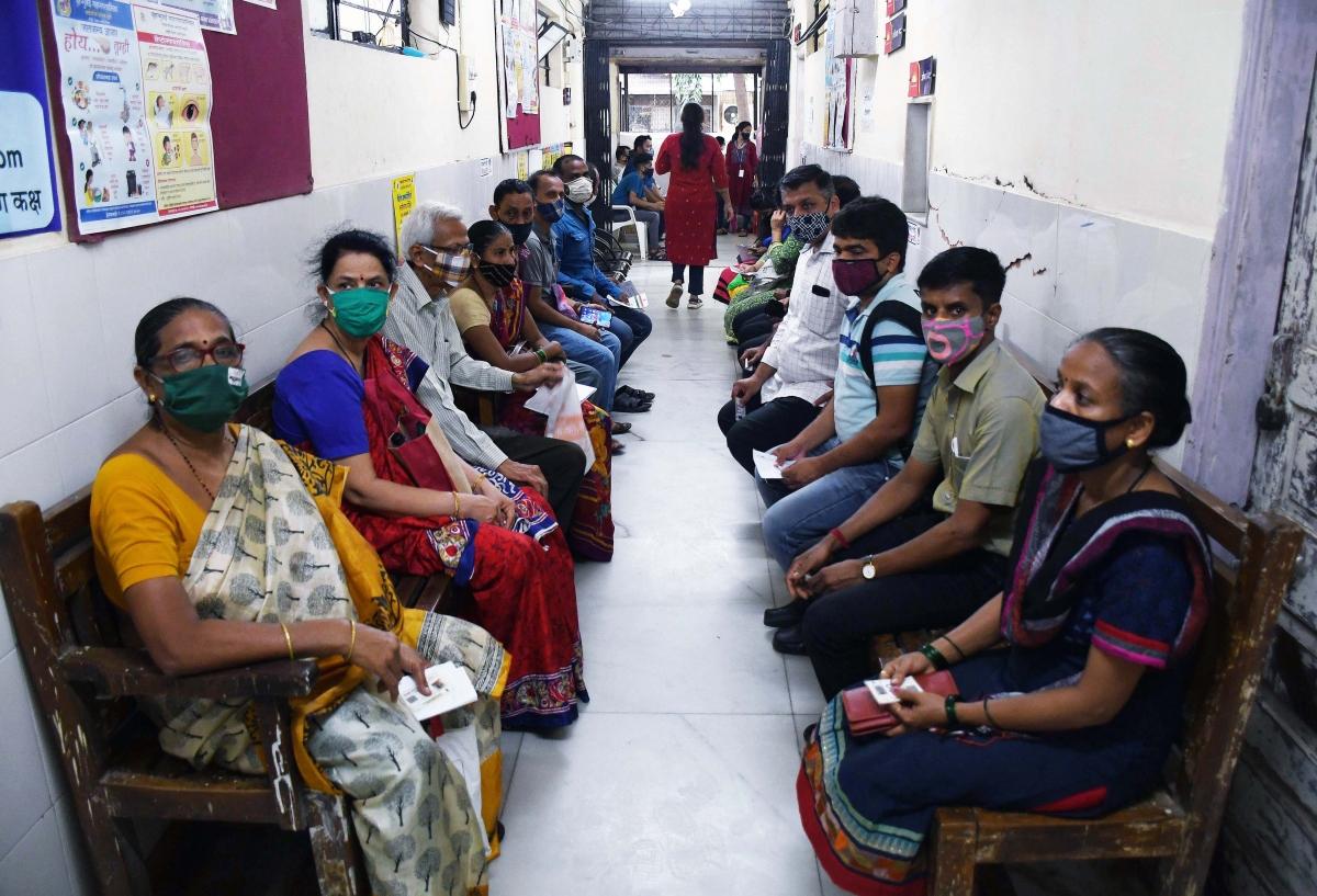 Người dân thành phố Mumbai, bang Maharashtra đợi đến lượt tiêm vaccine tại một trung tâm tiêm chủng. (ANI)