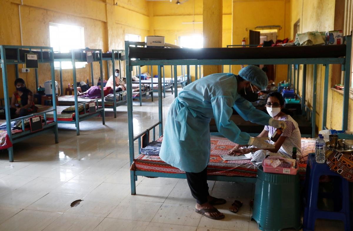 Một trường học được chuyển đổi thành khu điều trị bệnh nhân Covid-19 ở ngoại ô thành phố Mumbai, bang Maharashtra hồi giữa tháng 5/2021. Ảnh: Reuters