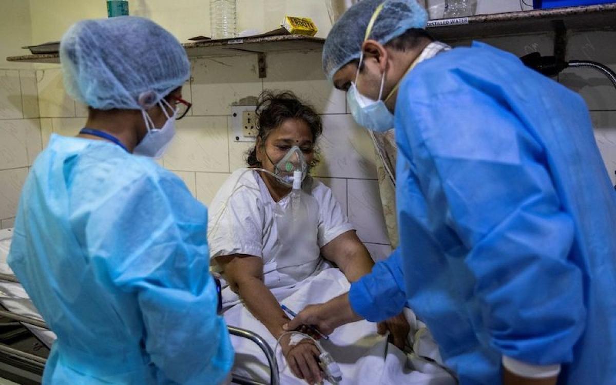 Điều trị cho bệnh nhân Covid-19 tại Bệnh viện Holy Family, New Delhi, Ấn Độ. Ảnh: Reuters
