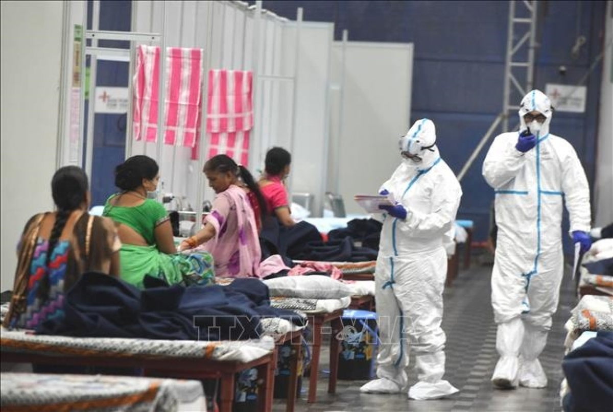 Nhân viên y tế chăm sóc bệnh nhân nhiễm COVID-19 tại New Delhi, Ấn Độ. Ảnh: THX/TTXVN