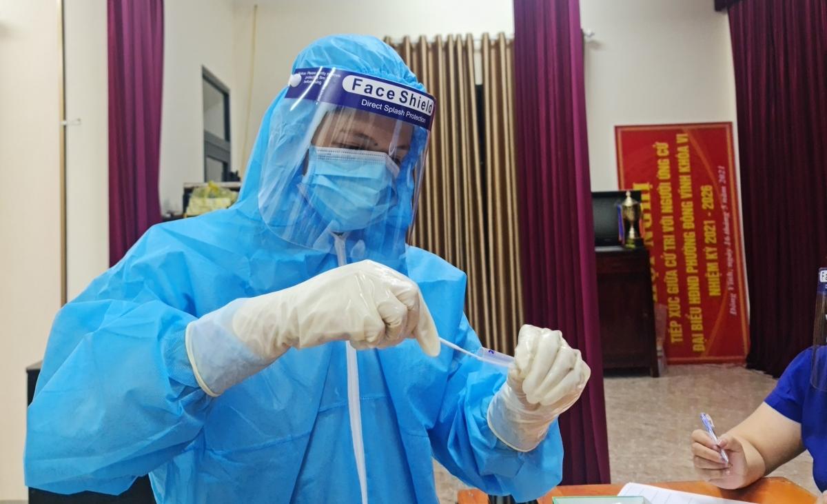 Trong đêm đầu tiên bắt đầu chiến dịch đã phát hiện 8 mẫu test nhanh 2 lần dương tính với SARS-CoV-2.