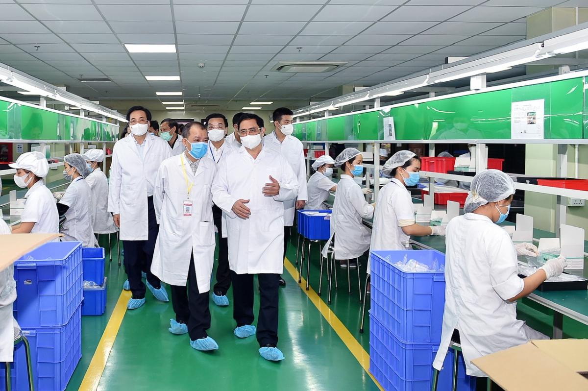 Ông Đào Đình Khôi giám đốc công ty cho biết nguồn cung của doanh nghiệp không thiếu và có thể sản xuất khoảng 50.000-100.000 test mỗi ngày đủ năng lực để cung ứng ra thị trường. Ảnh VGP/Nhật Bắc.