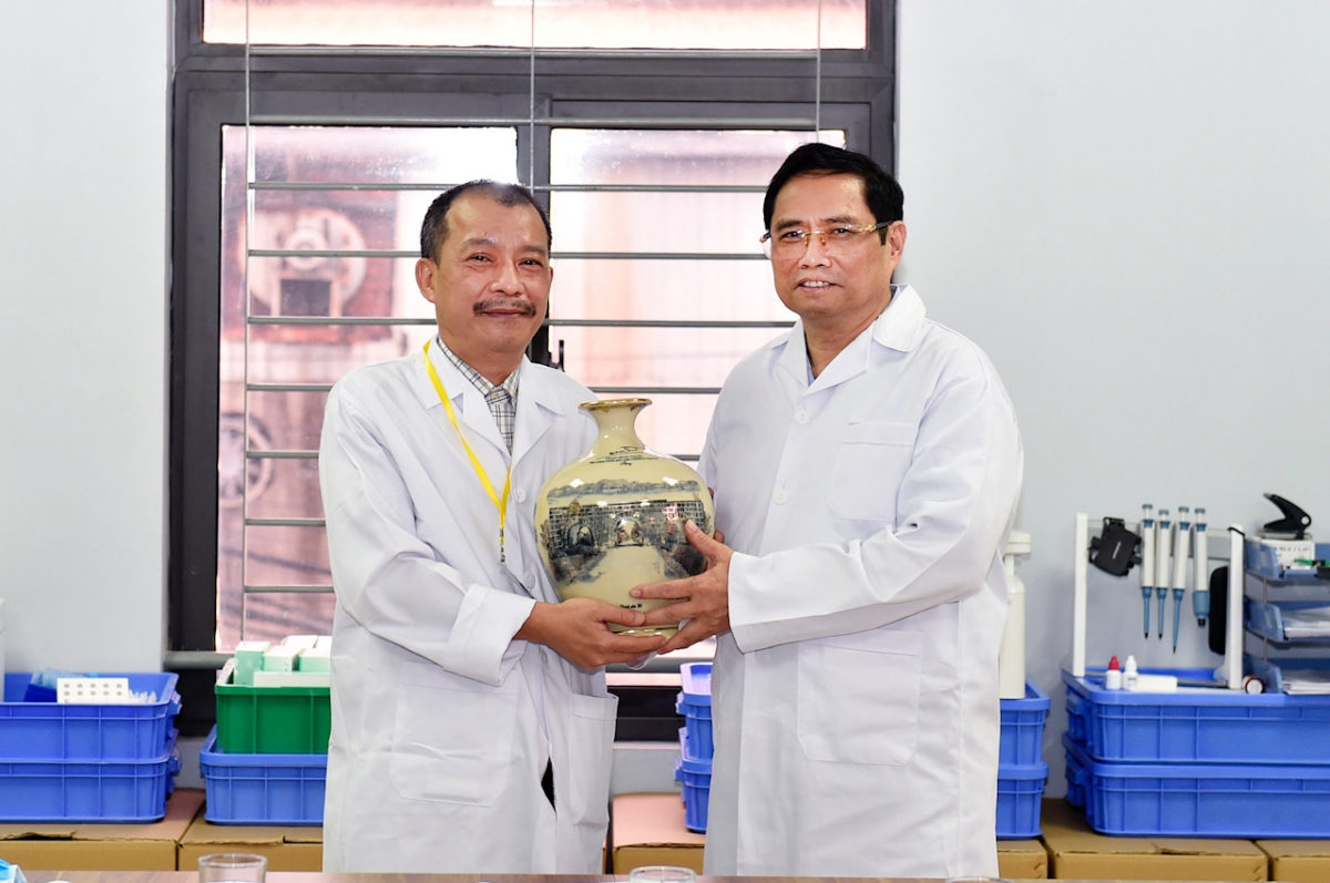 Thủ tướng Phạm Minh Chính nói chuyện, động viên Ban lãnh đạo Công ty TNHH Medicon./.