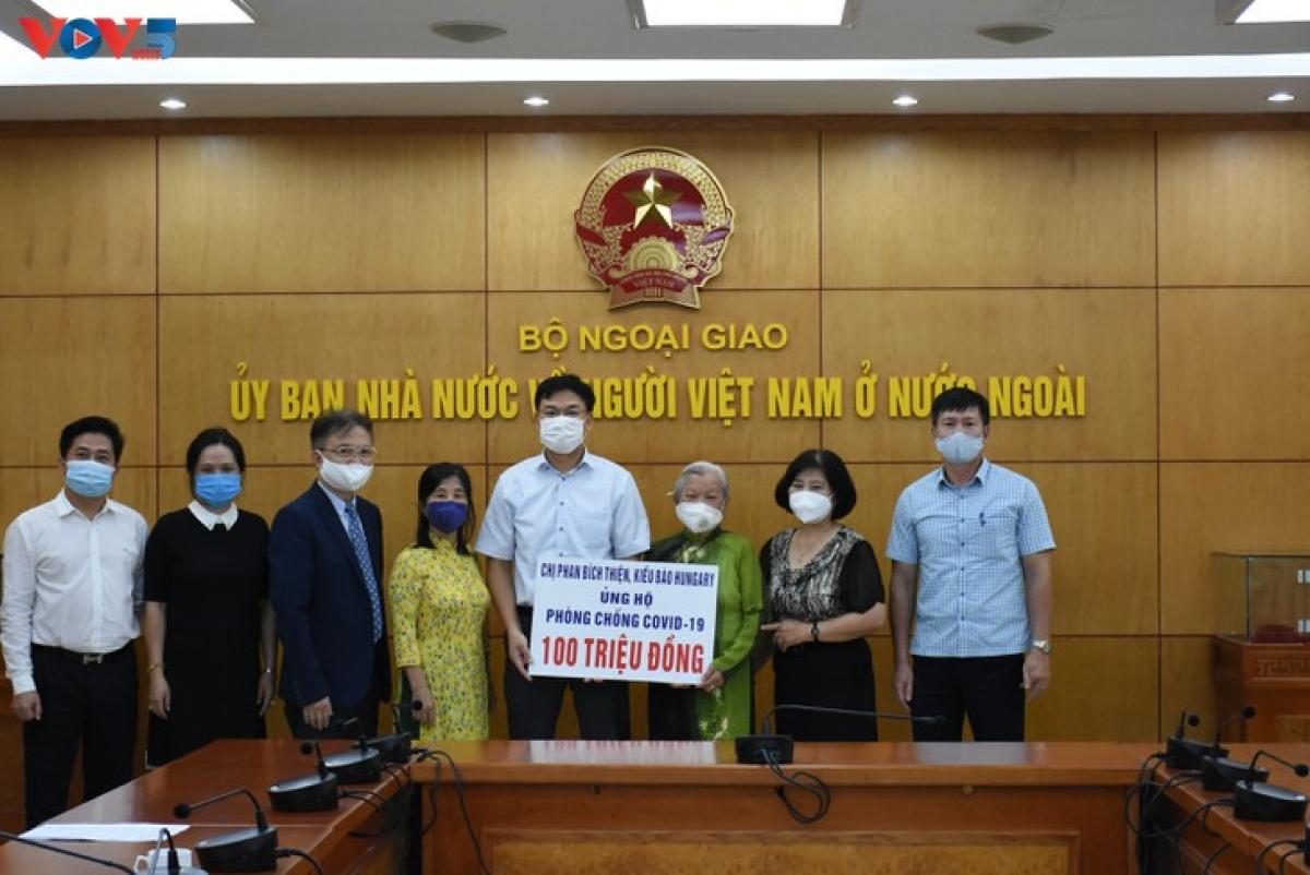 Lễ tiếp nhận 100 triệu đồng của gia đình TS Phan Bích Thiện, người Việt ở Hungary ủng hộ phòng chống dich Covid-19 tại Việt Nam. (Ảnh: Dương Tiêu)