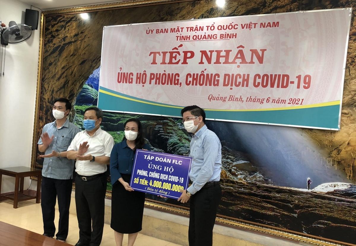 Tập đoàn FLC trao tặng 4 tỷ đồng tiền mặt hỗ trợ Quảng Bình phòng chống dịch Covid-19.