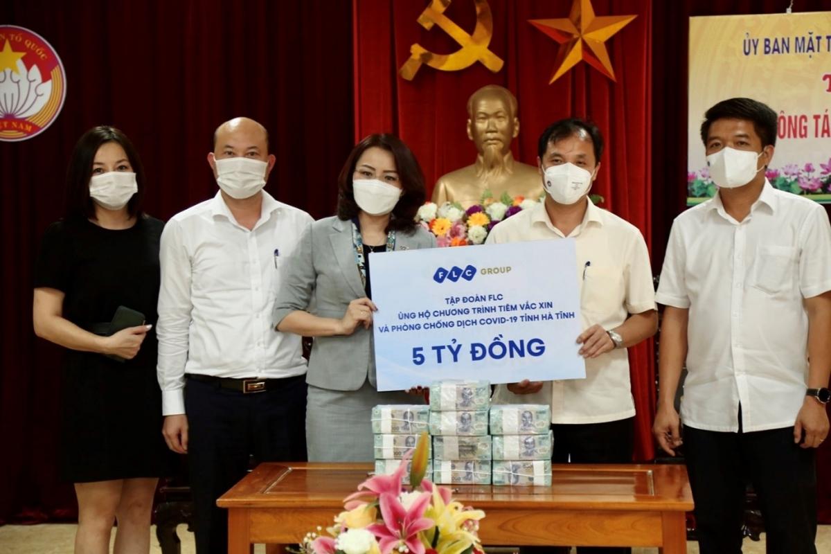 Bà Hương Trần Kiều Dung, Phó Chủ tịch Thường trực Tập đoàn FLC trao tặng Hà Tĩnh 5 tỷ đồng tiền mặt ủng hộ chương trình tiêm vaccine và phòng chống dịch Covid-19.