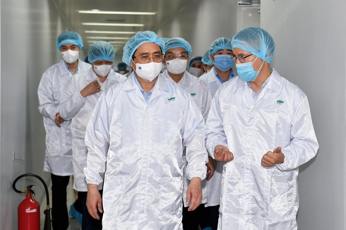 Giám đốc Công ty TNHH MTV Vaccine và Sinh phẩm số 1 Đỗ Tuấn Đạt giới thiệu với Thủ tướng về hoạt động của công ty trong nhiệm vụ nghiên cứu và sản xuất vaccine. Ảnh VGP/Nhật Bắc.