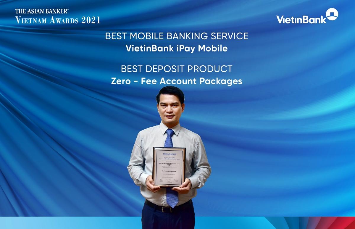 """Ông Đàm Hồng Tiến - Giám đốc Khối Bán lẻ VietinBank vinh dự nhận 2 Giải thưởng """"Dịch vụ ngân hàng di động tốt nhất - VietinBank iPay Mobile""""."""