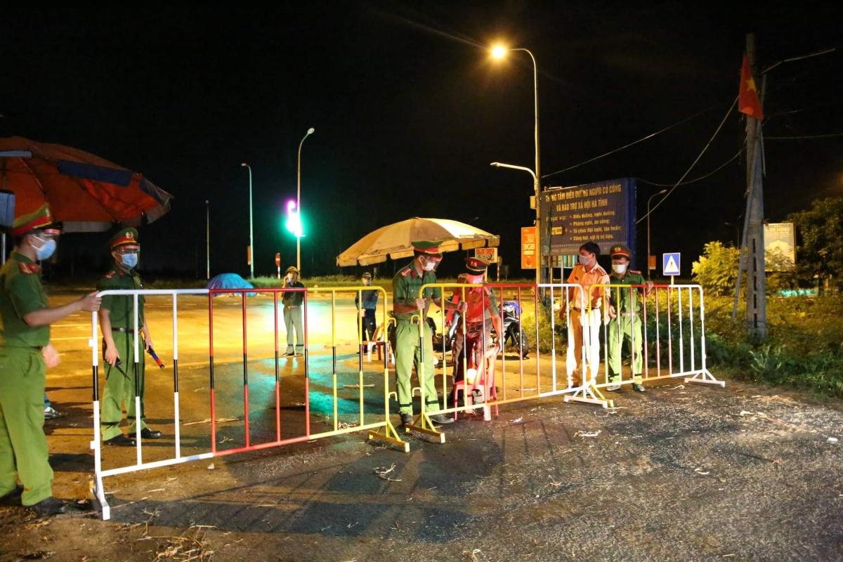 Ngành chức năng lập chốt kiểm soát tại Lộc Hà nơi ghi nhận các ca mắc COVID-19 mới.