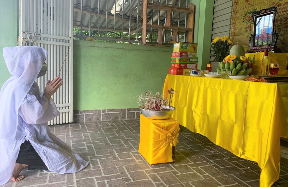 Nữ nhân viên y tế lập bàn thờ chịu tang mẹ ở vùng phong tỏa. Ảnh: CTV