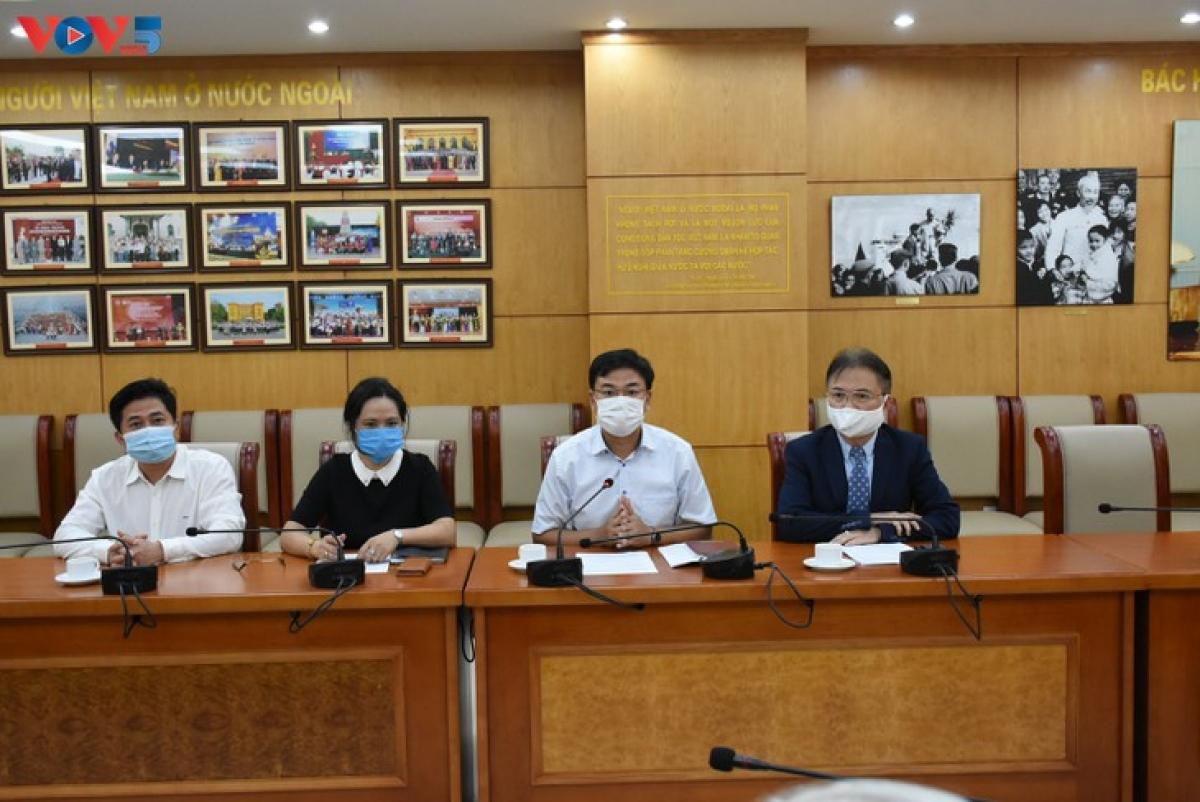 Thứ trưởng Bộ ngoại giao, Chủ nhiệm Ủy ban Nhà nước về người Việt Nam ở nước ngoài Phạm Quang Hiệu phát biểu tại lễ tiếp nhận.(Ảnh: Dương Tiêu)