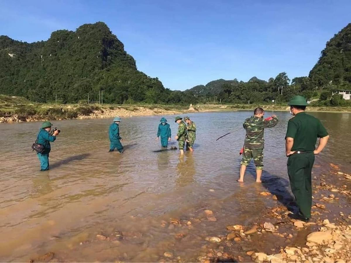 Lực lượng địa phương đánh dấu, bảo vệ hiện trường để đảm bảo an toàn.