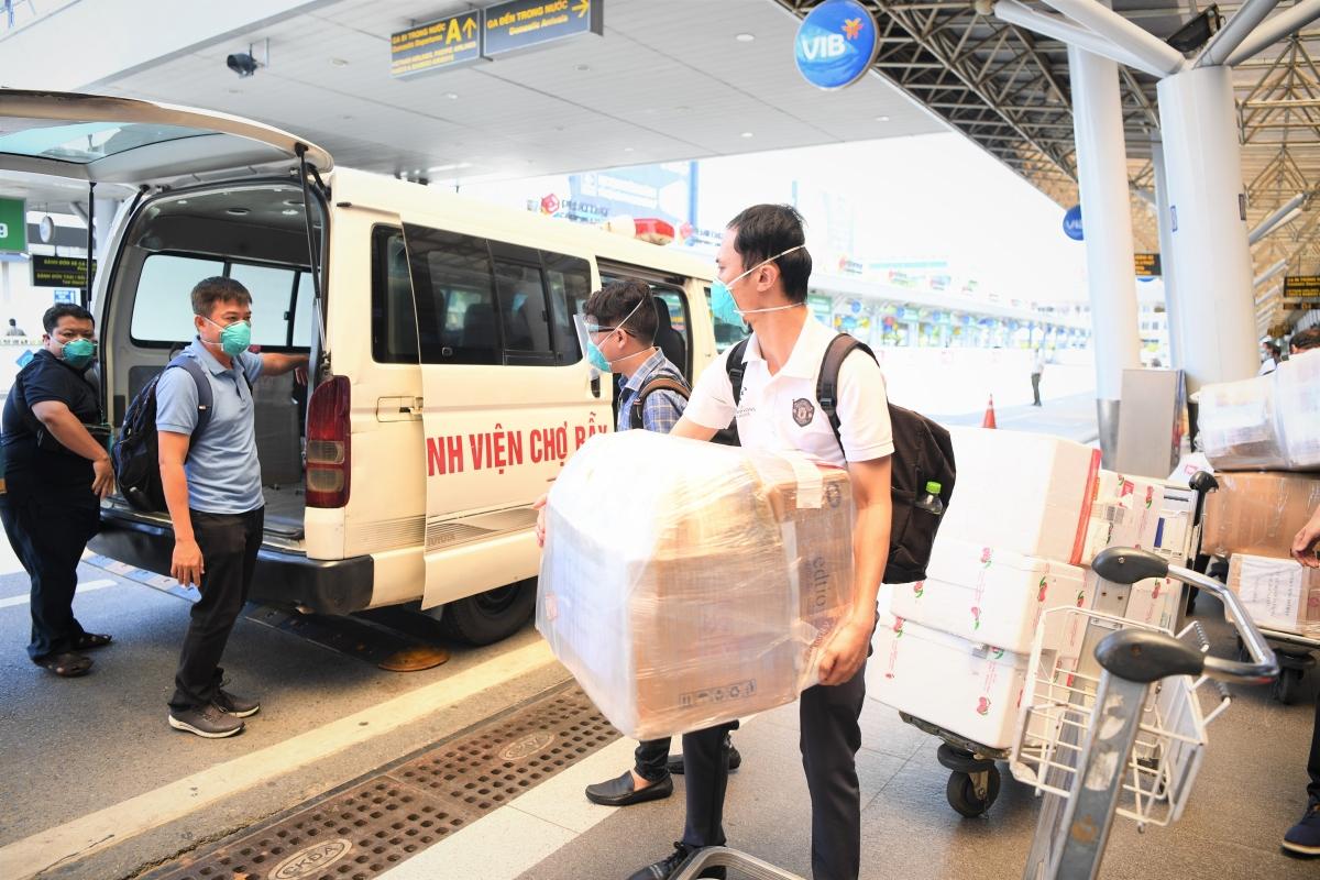 Toàn đoàn được hỗ trợ miễn 100% vé máy bay, hành lý, thiết bị y tế đi kèm và được phục vụ tại quầy, lối đi ưu tiên.