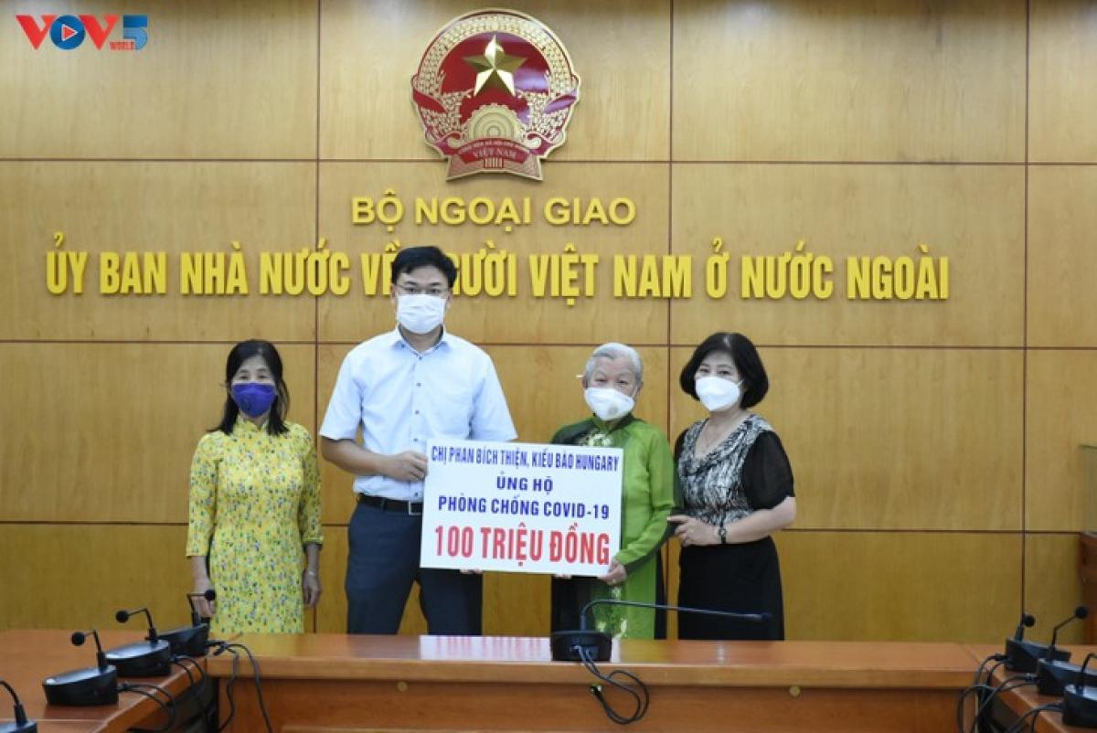Thứ trưởng Bộ Ngoại giao, Chủ nhiệm Ủy ban Nhà nước về người Việt Nam ở nước ngoài Phạm Quang Hiệu tiếp nhận tiền ủng hộ phòng chống Covid-19 từ gia đình chị Phan Bích Thiện.(Ảnh: Dương Tiêu)