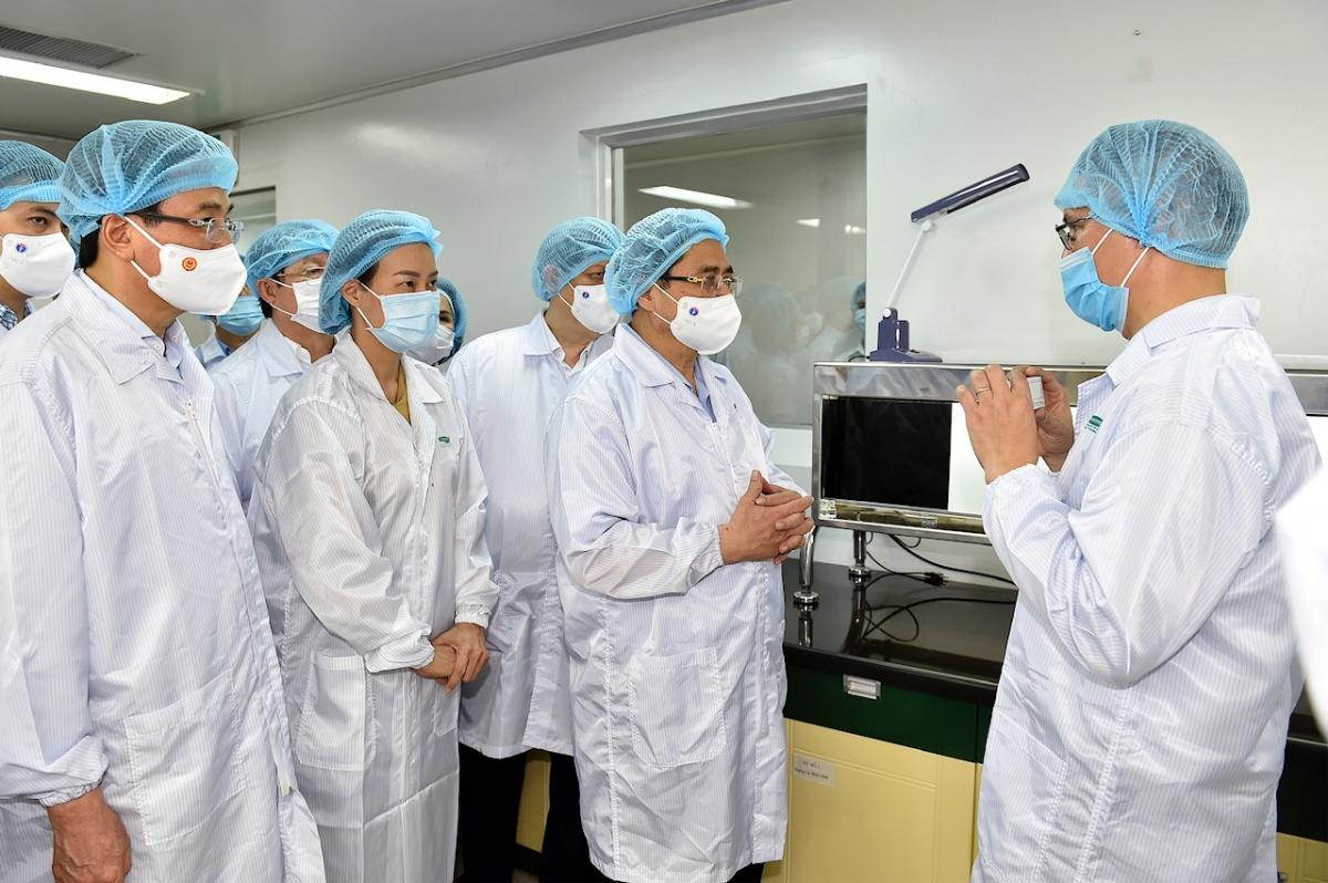 Giám đốc VABIOTECH cho biết, ngay khi đại dịch COVID bùng phát, đội ngũ nghiên cứu của công ty đã phối hợp với nhóm nghiên cứu của trường Đại học Bristol của Anh để nghiên cứu và phát triển vaccine phòng COVID-19. Ảnh VGP/Nhật Bắc.