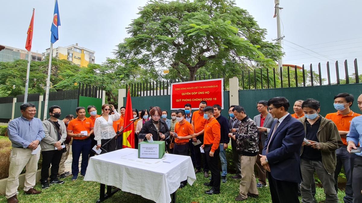 Bà Vũ Thúy Mai và đại diện Hội Phật tử Việt Nam tại Mozambique tham gia ủng hộQuỹ Vaccine phòng, chống COVID-19.
