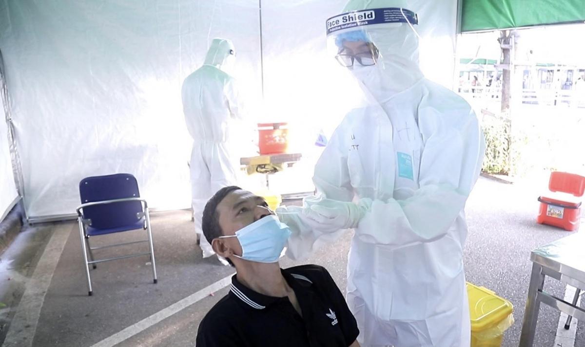 Bệnh viện có 8 vị trí sẵn sàng thực hiện test COVID-19 với những người bệnh chưa thực hiện xét nghiệm sàng lọc này.