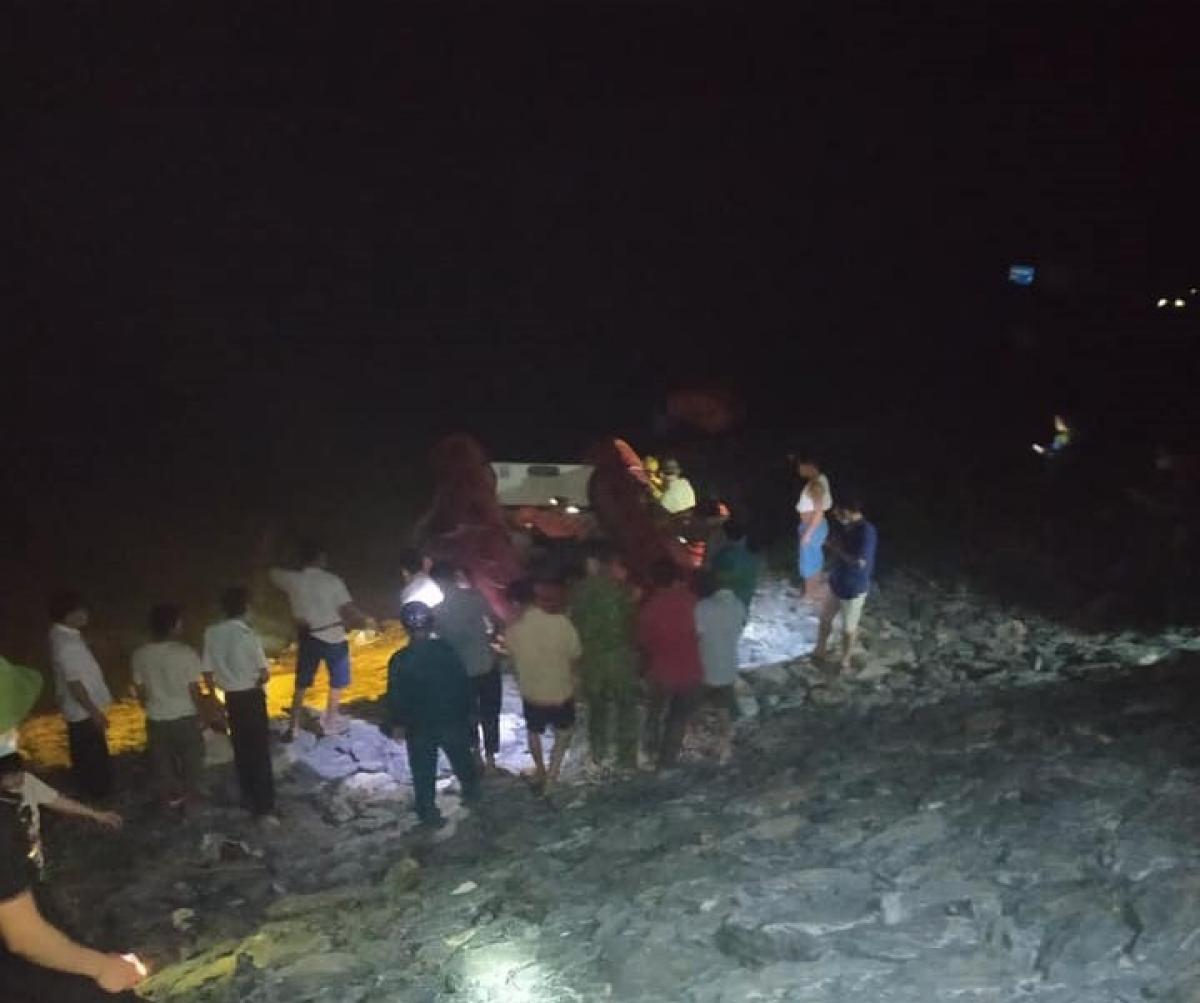 Lực lượng chức năng nỗ lực tìm kiếm nạn nhân trên sông Lam.