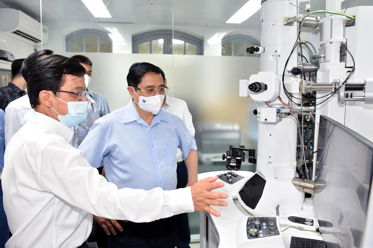 Viện trưởng Viện Vệ sinh dịch tễ Đỗ Đức Anh giới thiệu với Thủ tướng trang thiết bị hiện đại phục vụ cho việc nghiên cứu tại đây. Ảnh VGP/Nhật Bắc.