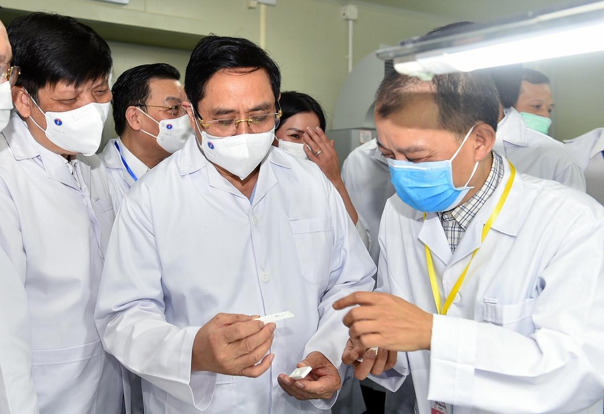 Thủ tướng Phạm Minh Chính thăm Công ty TNHH Medicon là nhà sản xuất bộ Kit test nhanh kháng nguyên SARS-CoV-2. Ảnh VGP/Nhật Bắc.