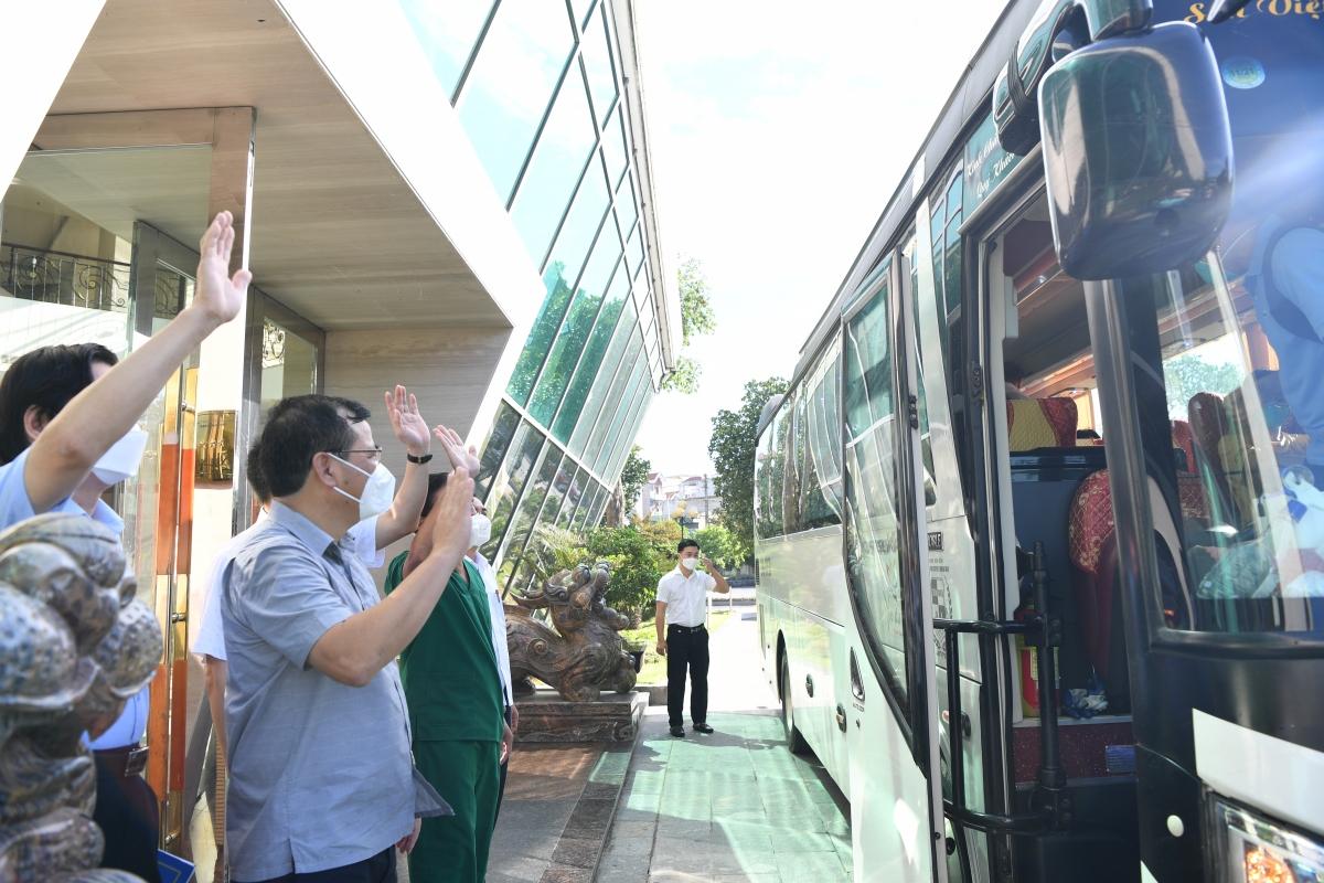 """Lãnh đạo tỉnh Bắc Giang chia tayĐội phản ứng nhanh bệnh viện Chợ Rẫy về TPHCM tiếp tục chống """"giặc"""" COVID-19."""