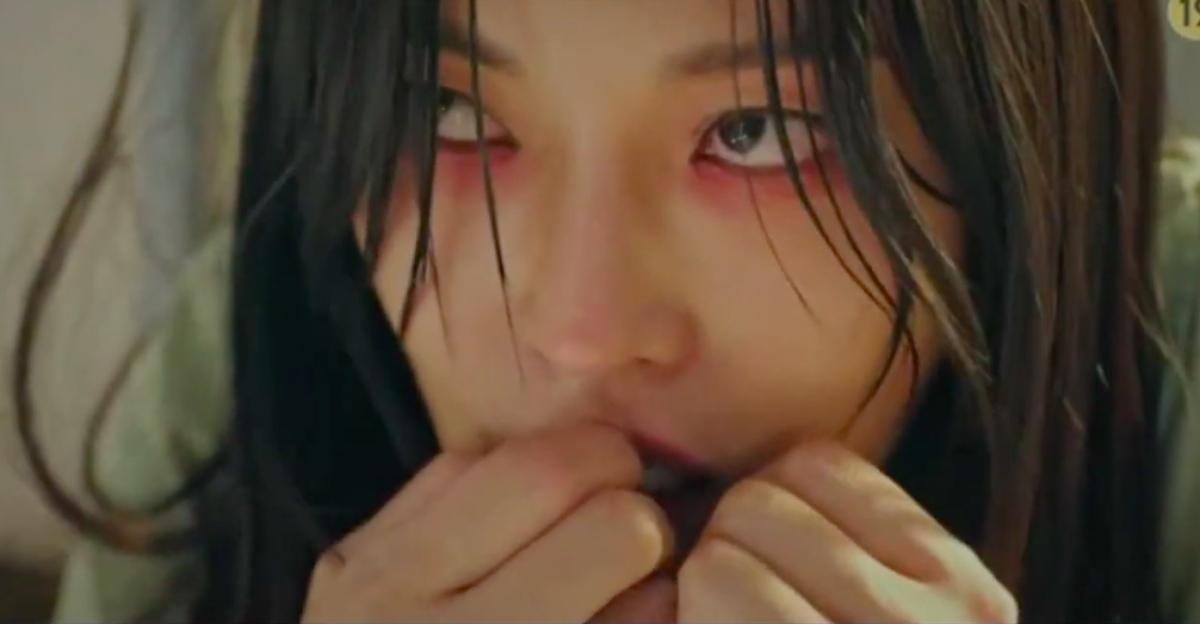 Phân cảnh Cheon Seo Jin giả bệnh tâm thần khiến người xem ám ảnh.