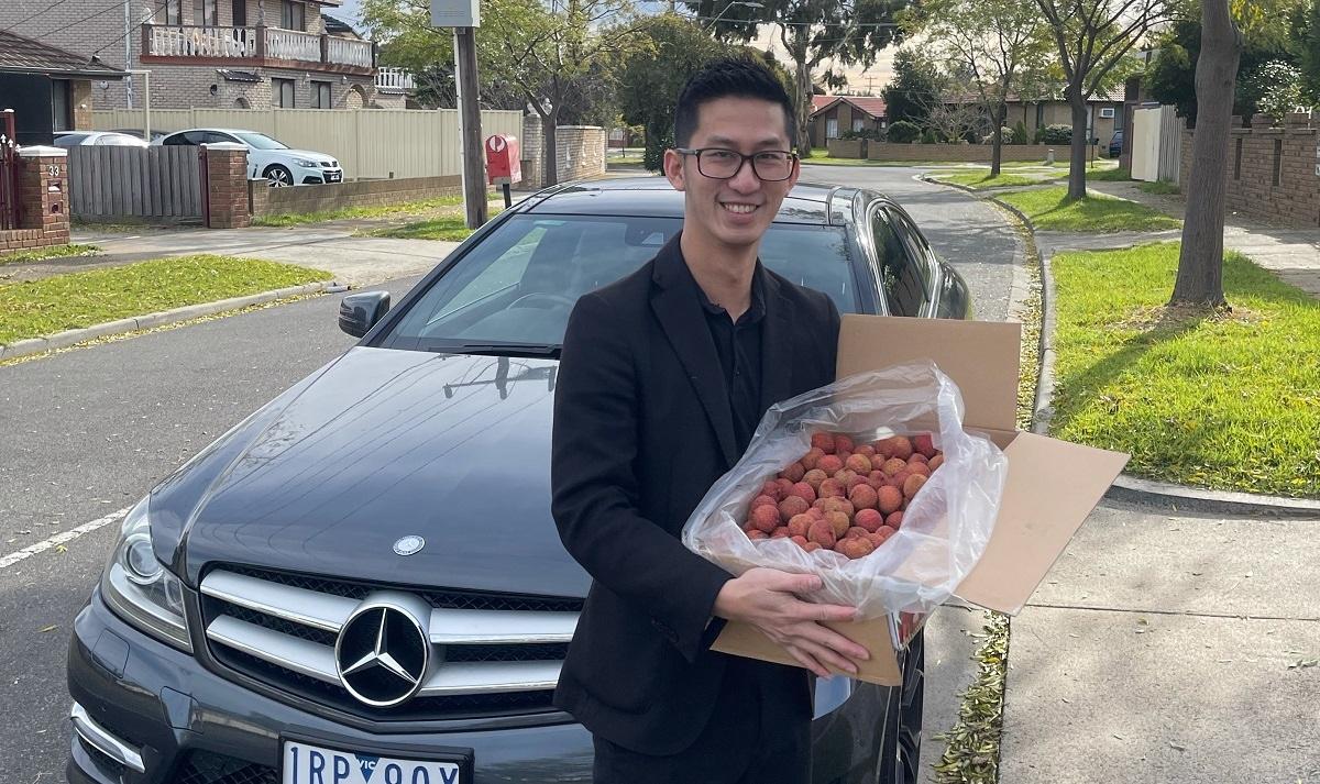 Anh Huy Lý rất vui khi được mua vải thiều Lục Ngạn-Bắc Giang tại Australia. (Nguồn: Công ty Bato Ausale)