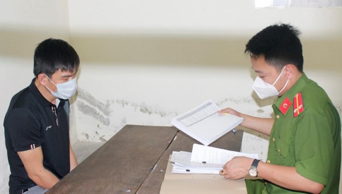 Đối tượng cầm đầu Nguyễn Phạm Hùng tại cơ quan điều tra (ảnh: NTV)