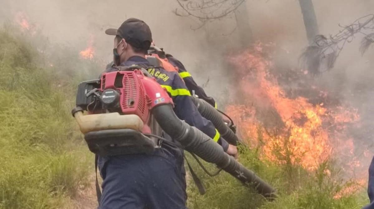 Lực lượng chức năng tiếp cận hiện trường dập lửa.