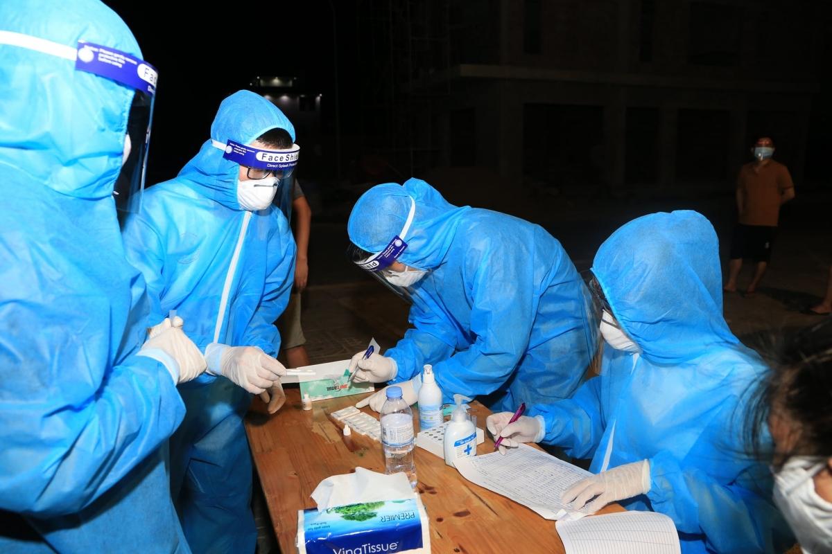 Ngành y tế Nghệ An lấy mẫu xét nghiệm cho người dân trên địa bàn TP Vinh.