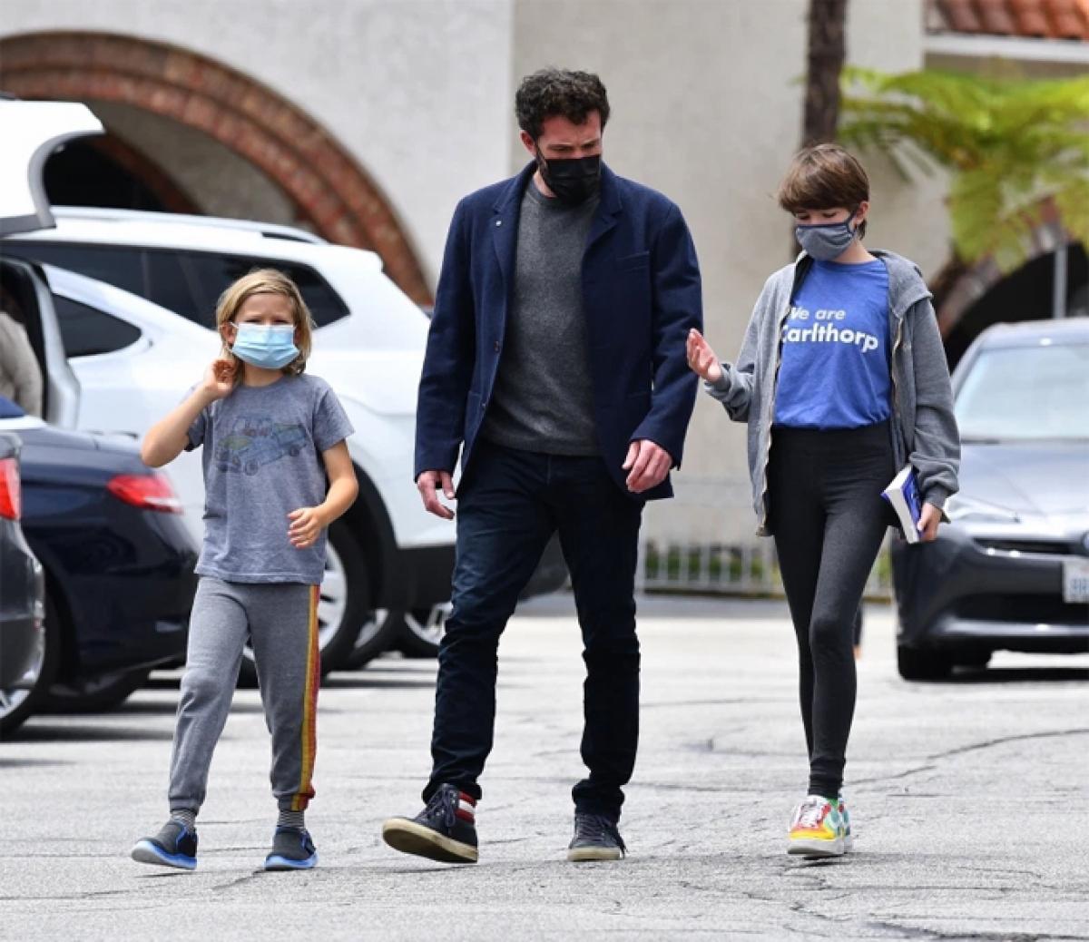 """Ben Affleck lọt vào """"tầm ngắm"""" của cánh săn ảnh khi dẫn con trai Samuel (9 tuổi) và con gái Seraphina (12 tuổi) đi ăn trưa ở Brentwood, Los Angeles hôm 31/5."""
