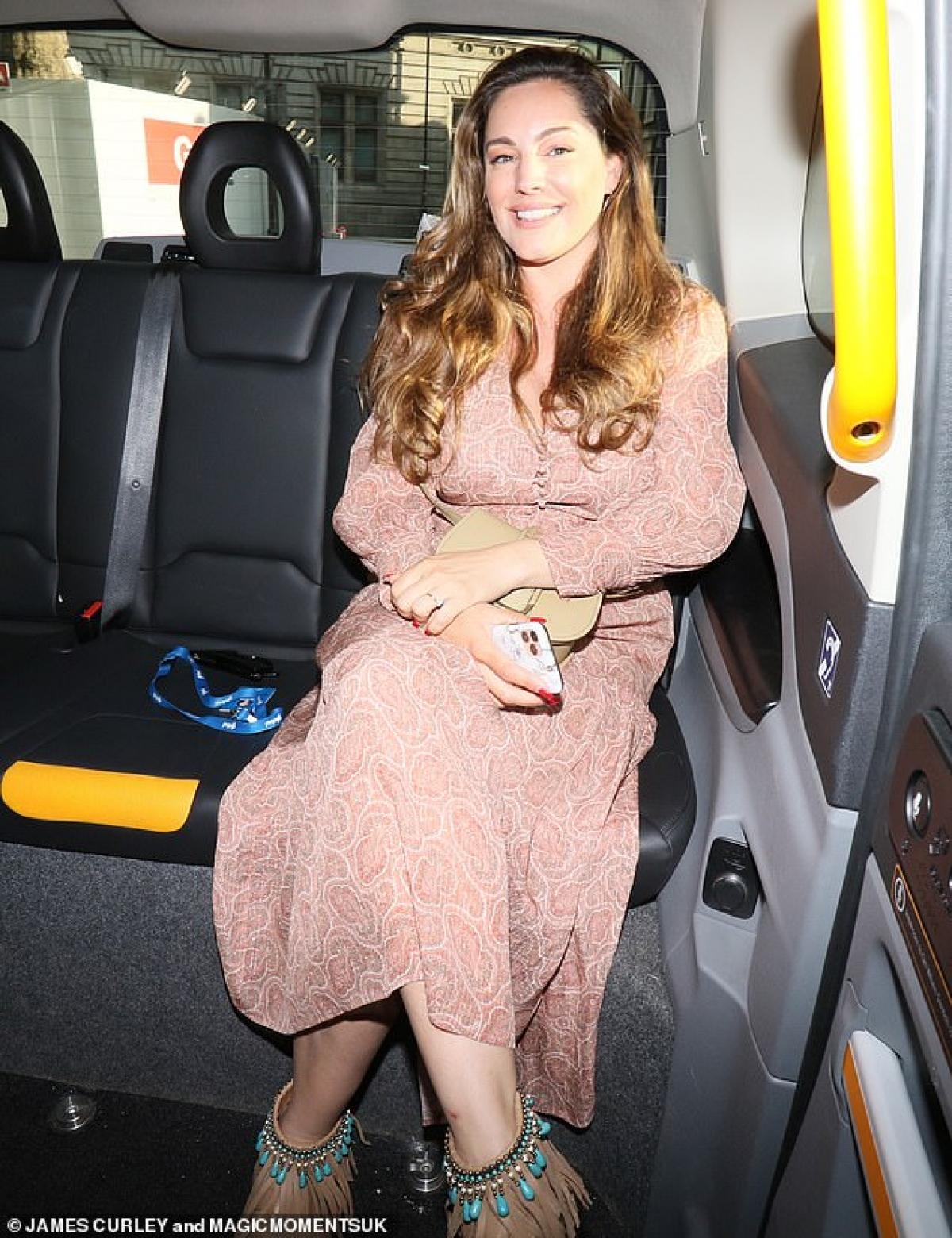 Kelly Brook đi taxi trở về nhà ở London sau khi rời khỏi phòng làm việc hôm 15/6.