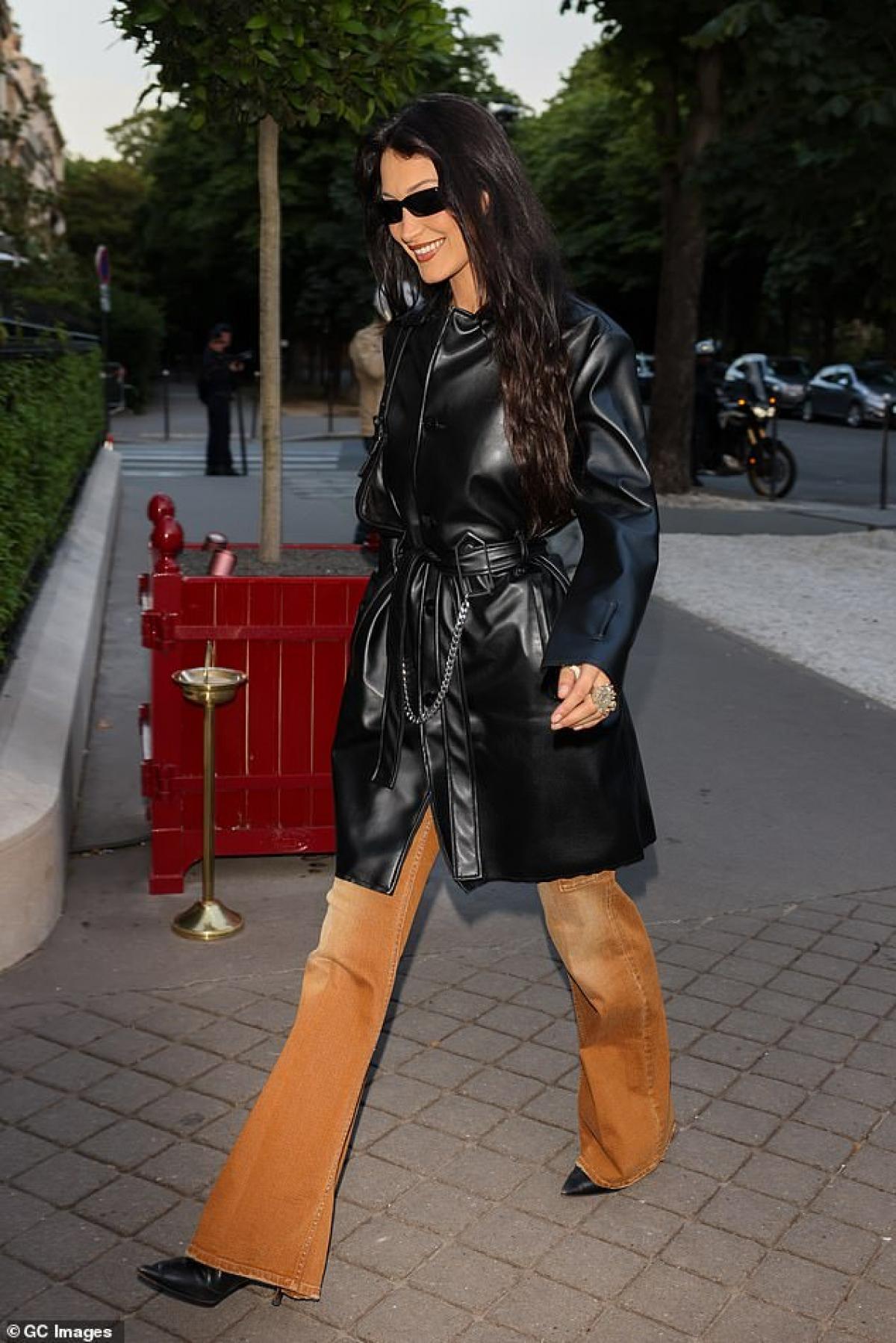 Bella Hadid sành điệu ra phố ở Paris hôm 24/6.