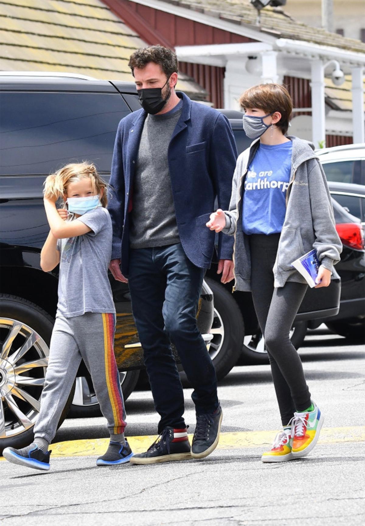 Nam diễn viên vui vẻ trò chuyện cùng các con trên phố.