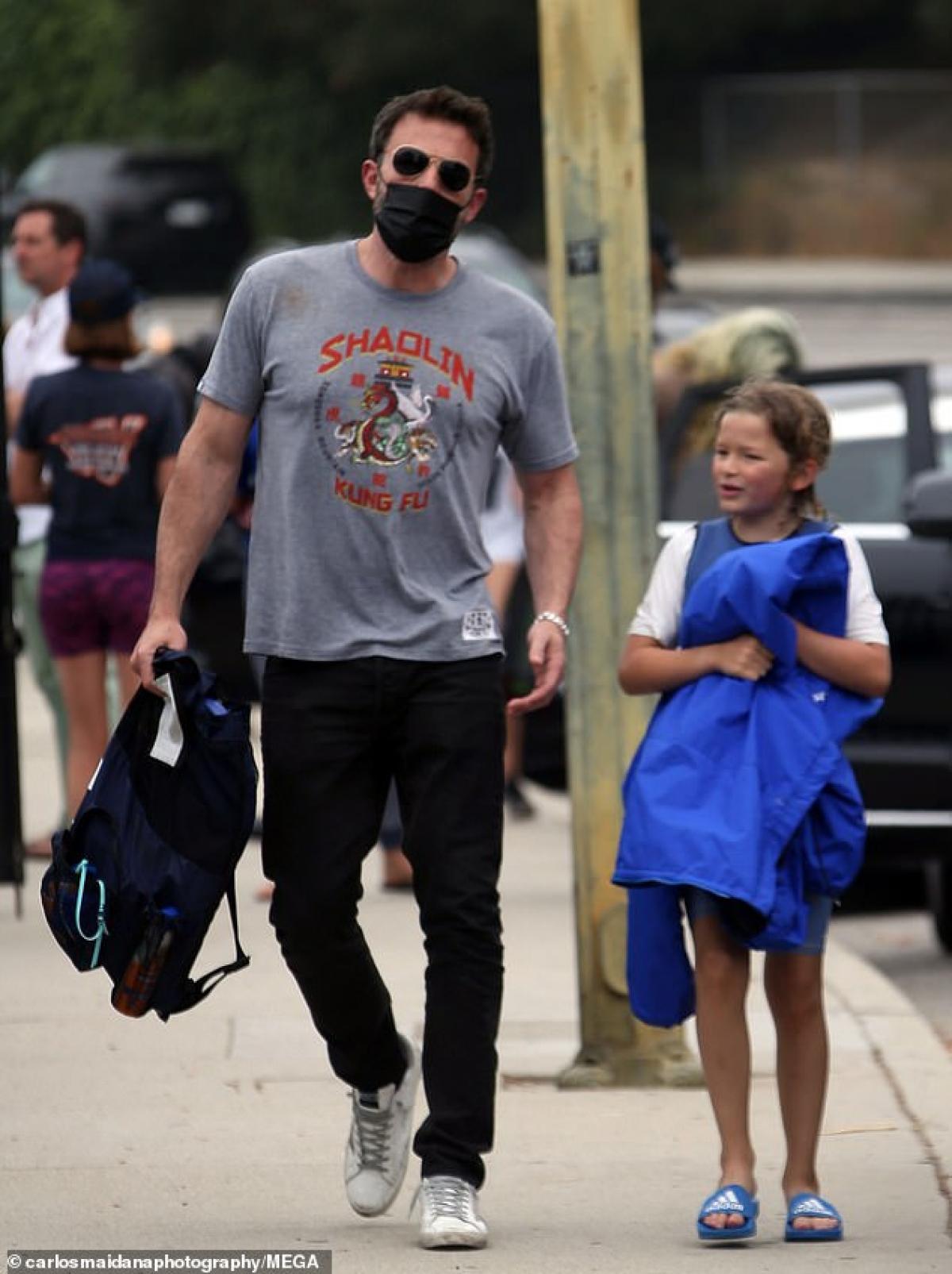 Nam diễn viên vui vẻ trò chuyện cùng con gái trên phố.