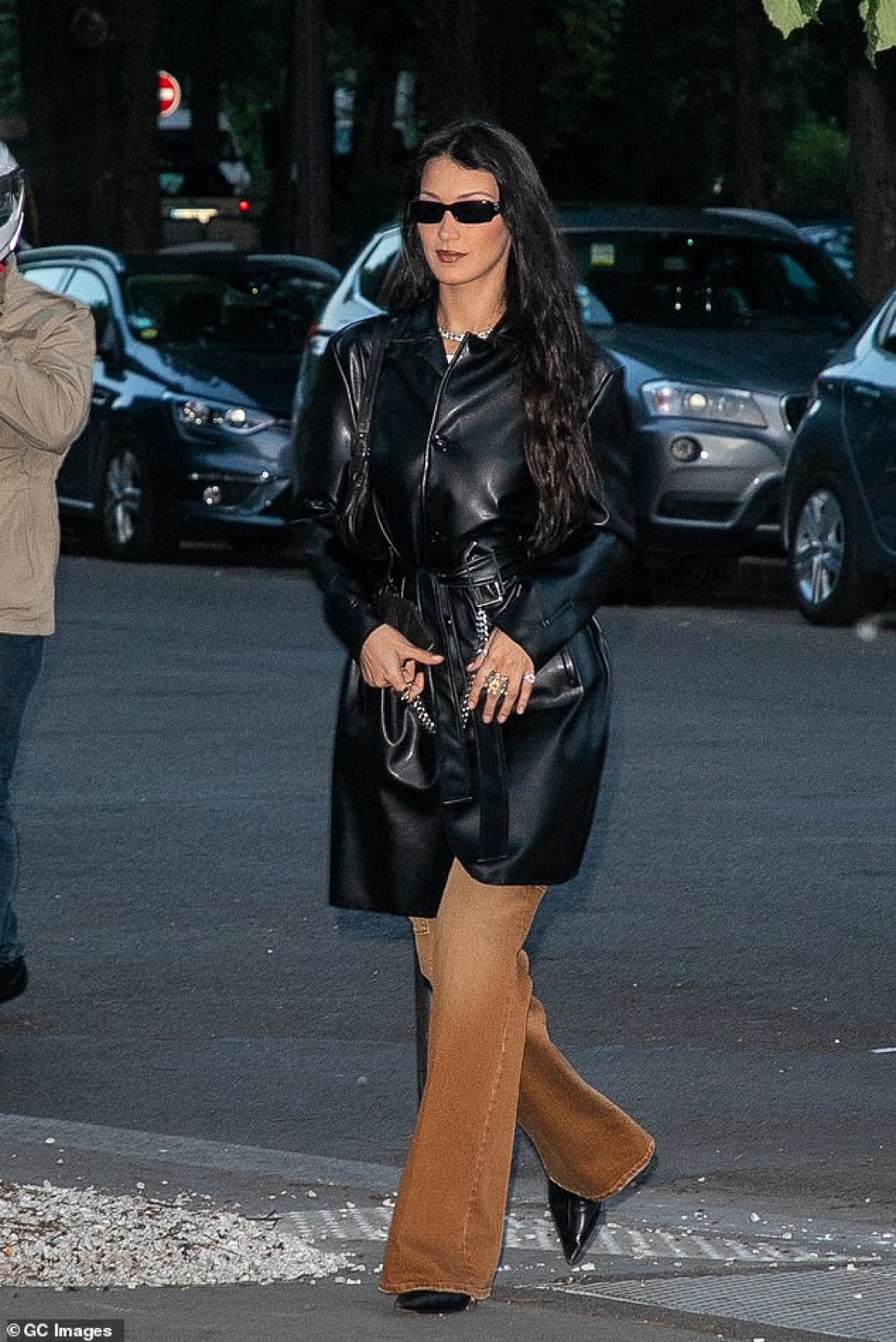 Người mẫu 9X diện áo khoác da phối cùng quần ống loe sang chảnh, khoe dáng thanh mảnh trên phố.
