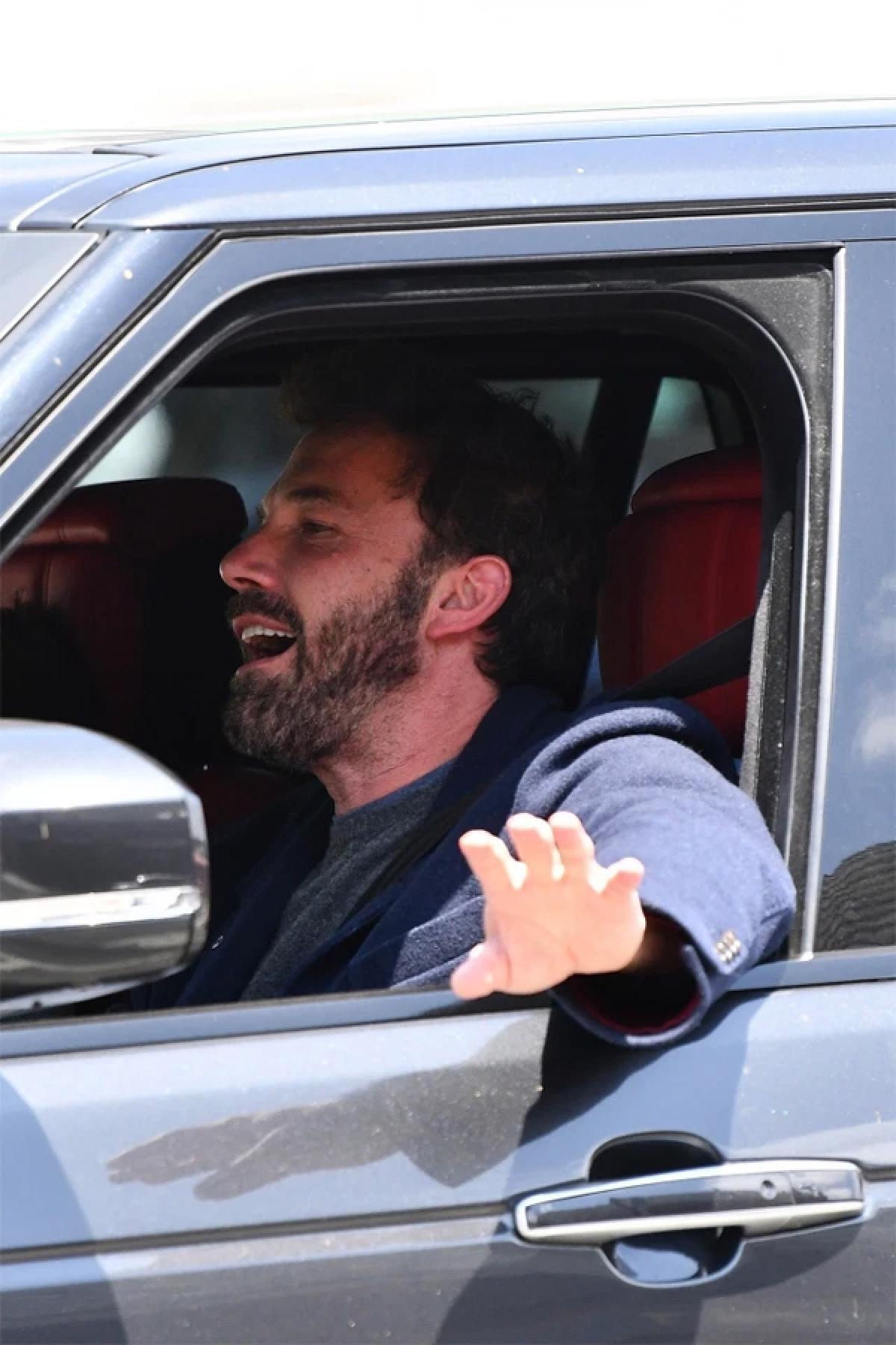 Thậm chí, Ben Affleck còn hào hứng hát khi đang lái xe.