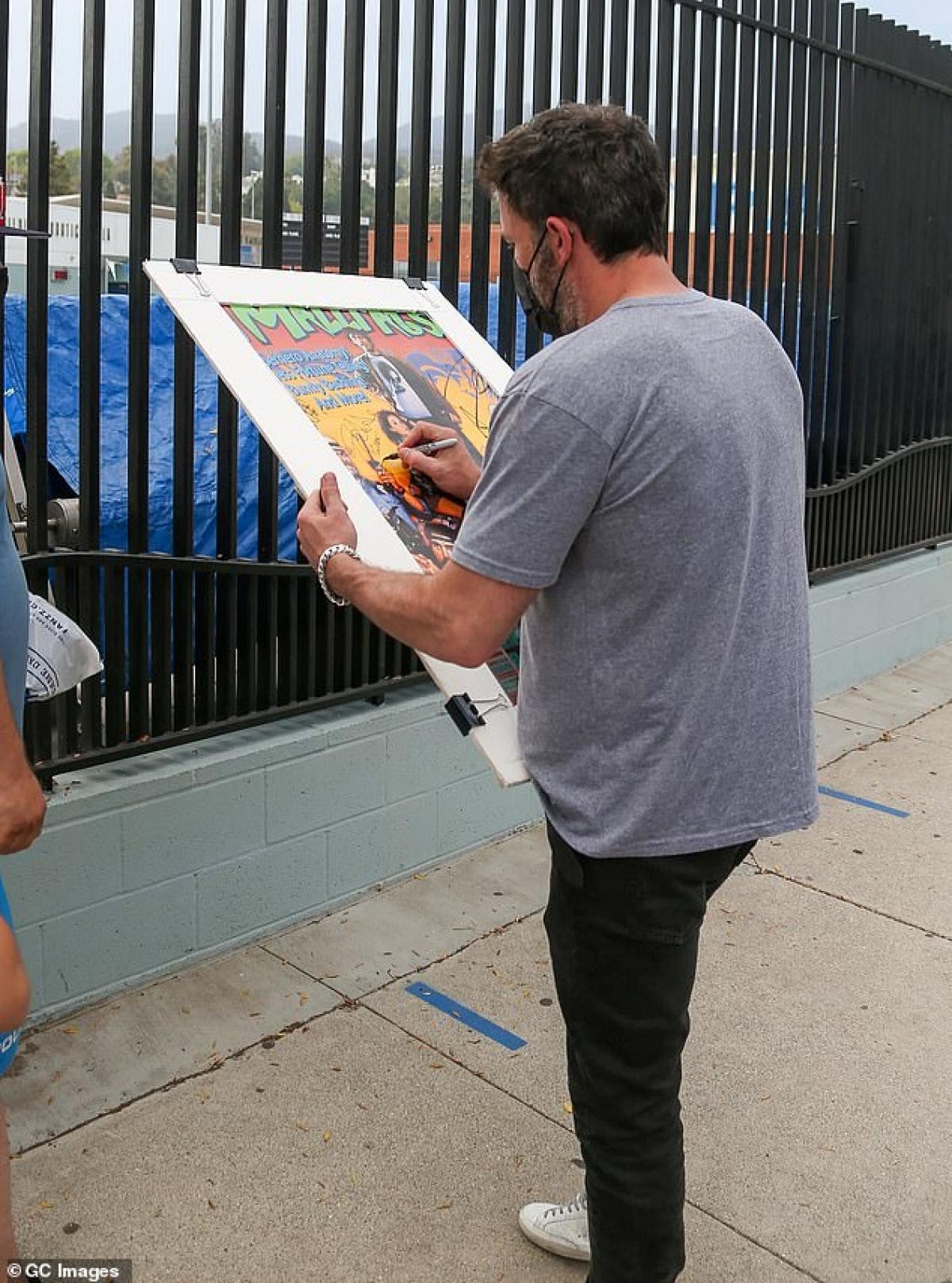 Trước đó, Jennifer Lopez và Ben Affleck cũng bị cánh săn ảnh bắt gặp đi nghỉ dưỡng trong một khách sạn tại Miami (Mỹ). Cặp đôi tay trong tay xuất hiện ở sân bay và cùng nhau trở về Los Angeles sau chuyến du lịch.