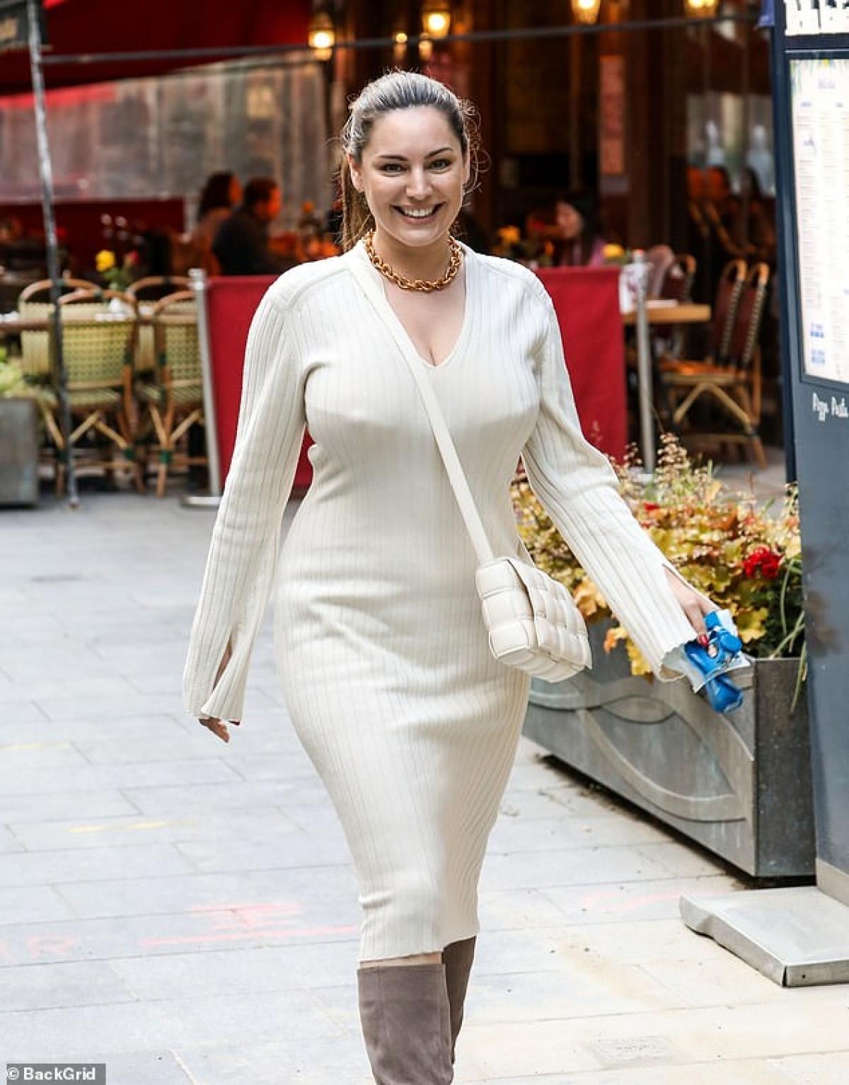 Kelly Brook luôn quan niệm rằng, phụ nữ dù vóc dáng như thế nào thì vẫn rất quyến rũ.