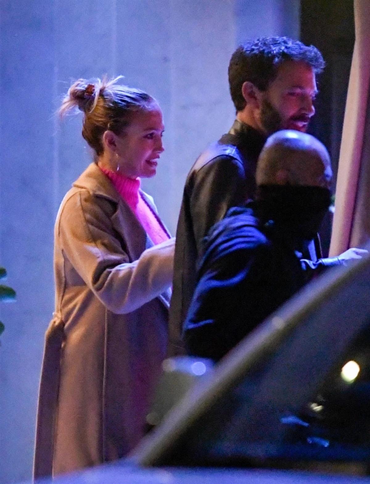 """Jennifer Lopez và Ben Affleck gặp nhau trên phim trường """"Gigli"""", sau đó hẹn hò và đính hôn vào cuối năm 2002. Đến tháng 9/2003, cặp sao tuyên bố hoãn cưới và chính thức đường ai nấy đi vào đầu năm 2004./."""