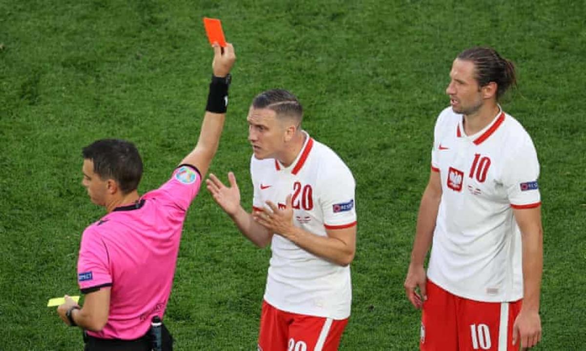 Krychowiak (số 10) là cầu thủ đầu tiên nhận thẻ đỏ tại EURO 2021. (Ảnh: Getty)