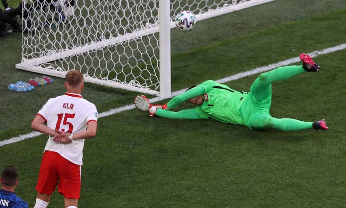 Szczesny là thủ môn đầu tiên phản lưới nhà trong lịch sử EURO. (Ảnh: Getty)