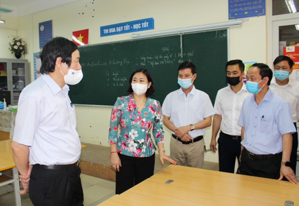 Phó Bí thư Thường trực Thành ủy Hà Nội Nguyễn Thị Tuyến kiểm tra tại điểm thi Trường THCS Thanh Liệt